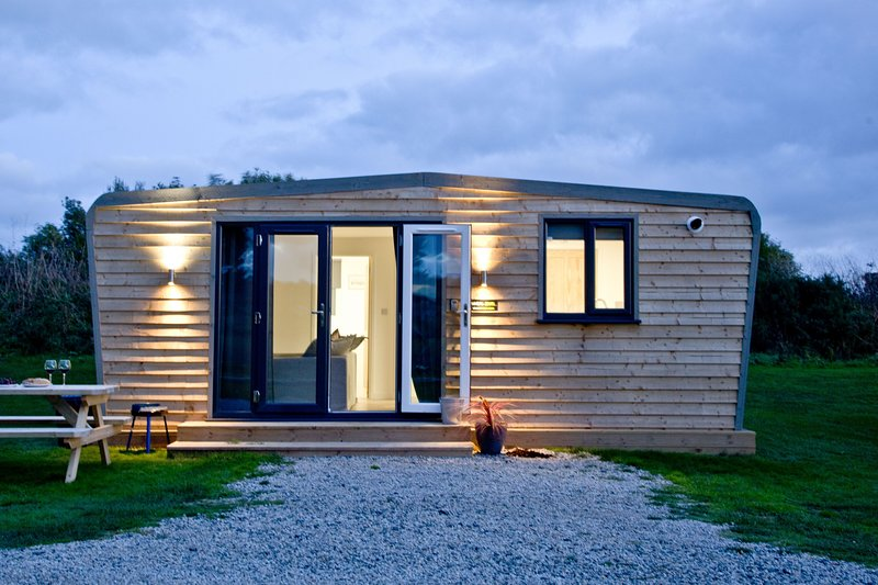 Wheal Jewel, Wheal Dream - A homely two bed lodge with a wood fired hot tub, holiday rental in Wendron
