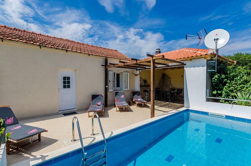 Villa Dalmatian Gem - Two-Bedroom Villa with Terrace and Swimming Pool, holiday rental in Zastolje