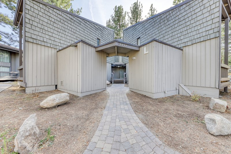 Inviting condo w/wood stove, shared pool, sauna, & hot tub Chalet in Mammoth Lakes