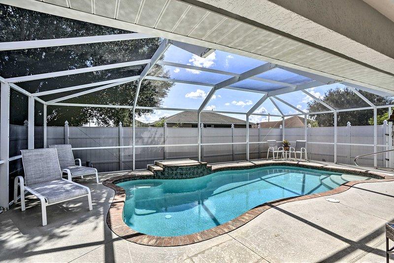 Trascorri infinite ore nella tua piscina privata nel lanai.