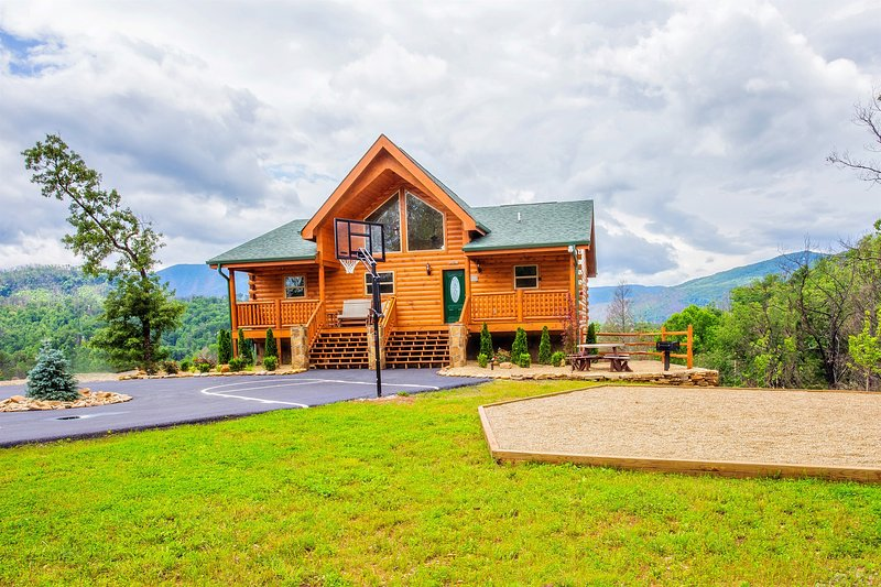 Bella Vista Lodge - Amazing Mtn Views Hot Tub,Yard, Games, B-Ball Very Private, alquiler de vacaciones en Gatlinburg