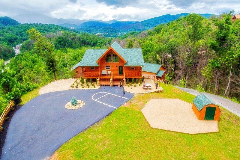 Bella Vista Lodge - Amazing Mtn Views Hot Tub,Yard, Games, B-Ball Very Private, vacation rental in Gatlinburg