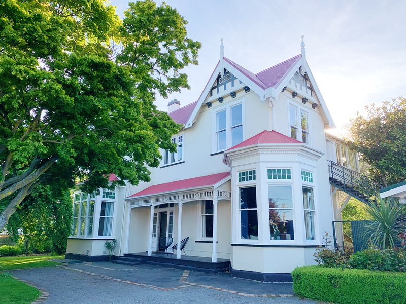 The Vicarage- stay in The Maple Room, holiday rental in Oamaru