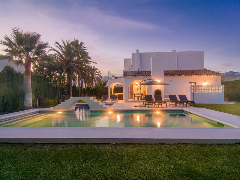 Las Chapas 5 bedroom villa with private pool, terraces, garden, alquiler vacacional en Marbella