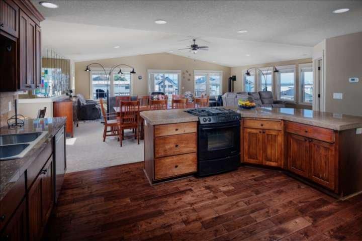 Top Floor Ocean Views! 4 Min Walk to Beach - Perfect Family Getaway - Local Dini, alquiler de vacaciones en Lincoln City