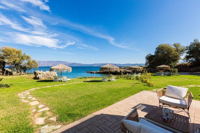 Harmony Villa - unwind in your own private beach!, alquiler vacacional en La Canea