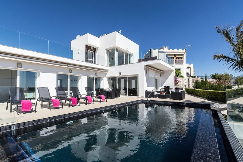 Villa Blanca with private heated pool, jacuzzi and a fantastic view, alquiler vacacional en Salobreña