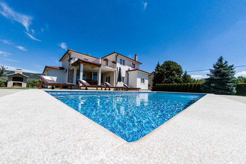 STUNNING VILLA LATICA WITH GREAT PRIVACY AND OUTDOOR POOL, vacation rental in Donji Prolozac