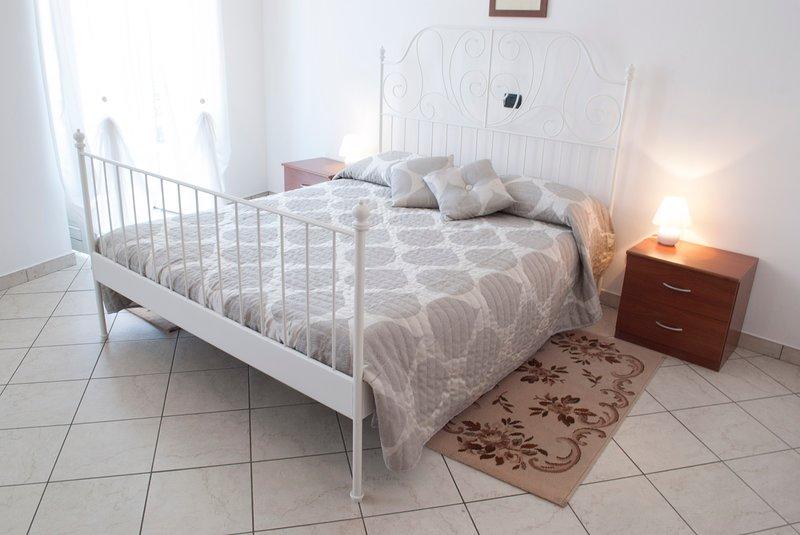 Ampio e comodo bilocale in Dogliani centro, vakantiewoning in Farigliano