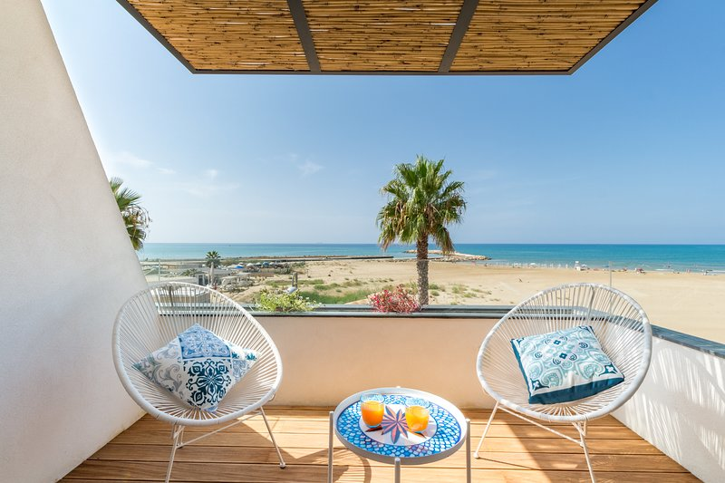 Medea, apartment with sea view just 20 m from the beach, holiday rental in Donnalucata