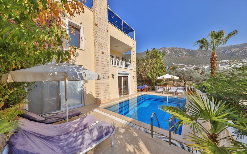Villa Caretta - Private pool, sea view, large roof terrace, WIFI, central Kalkan, Ferienwohnung in Kalkan