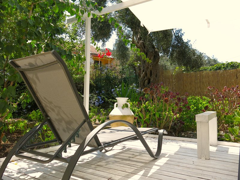 Little Tzitzicas sleeps 2-3 with garden in Loggos!, vacation rental in Loggos