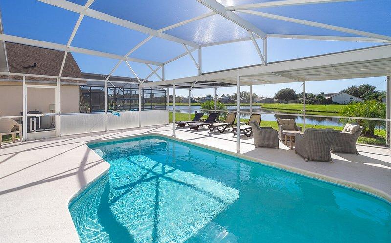 Nuestra área de piscina privada con vista al lago. Mucho espacio para tomar el sol o relajarse a la sombra.