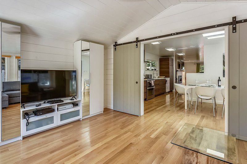 Large livingroom with flatscreen TV