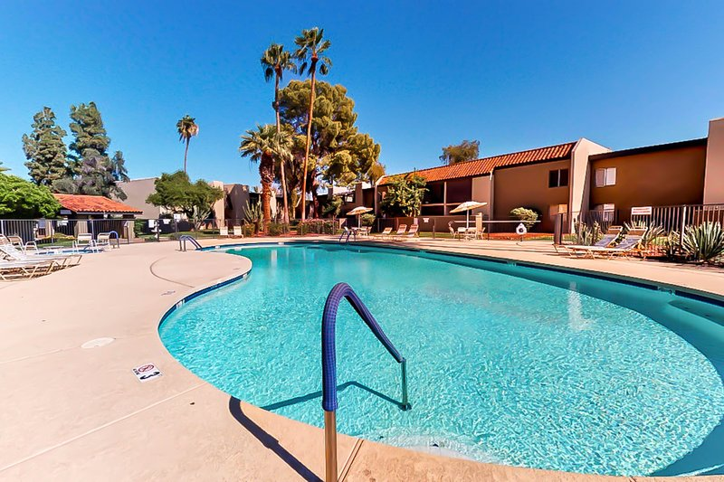 Beautiful, dog-friendly condo w/shared pool, grilling area, and hot tub!, alquiler de vacaciones en Paradise Valley