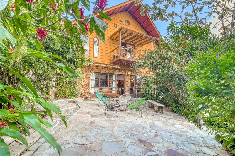 Unique and magical house w/social area with private BBQ & surrounded by nature., alquiler vacacional en Cerro Plano