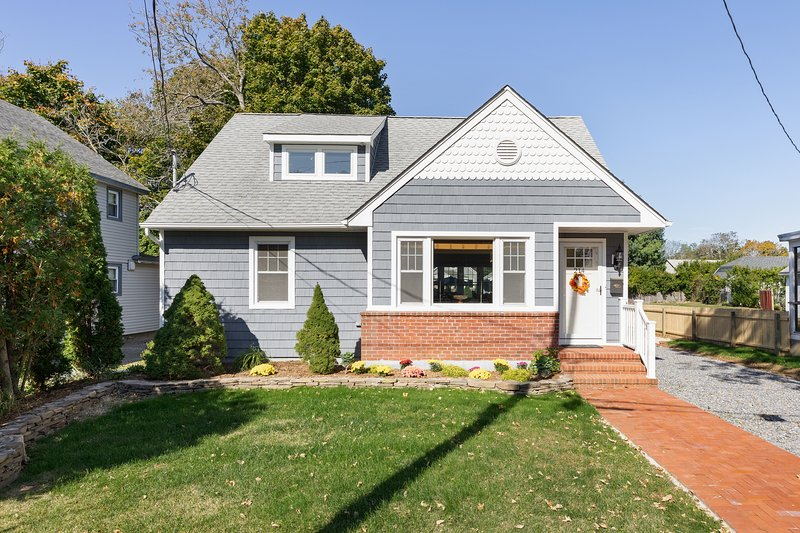 Beautiful, newly-remodeled home w/ a gas fireplace, patio, & firepit - dogs OK!, holiday rental in Greenport