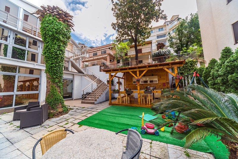 Sandy beach 2 bedrooms apartment with outdoor courtyard & balcony, casa vacanza a Rafailovici