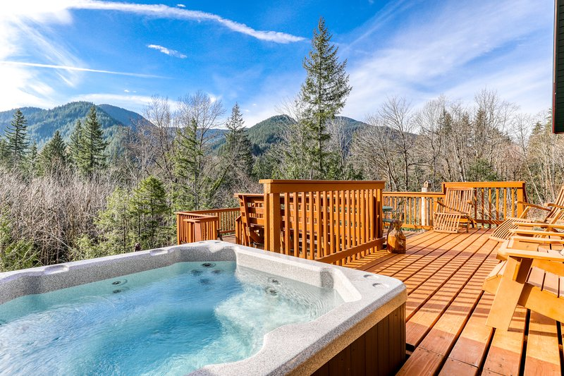 Beautiful, dog-friendly cabin w/ stunning mountain views plus a dry sauna!, holiday rental in Zigzag