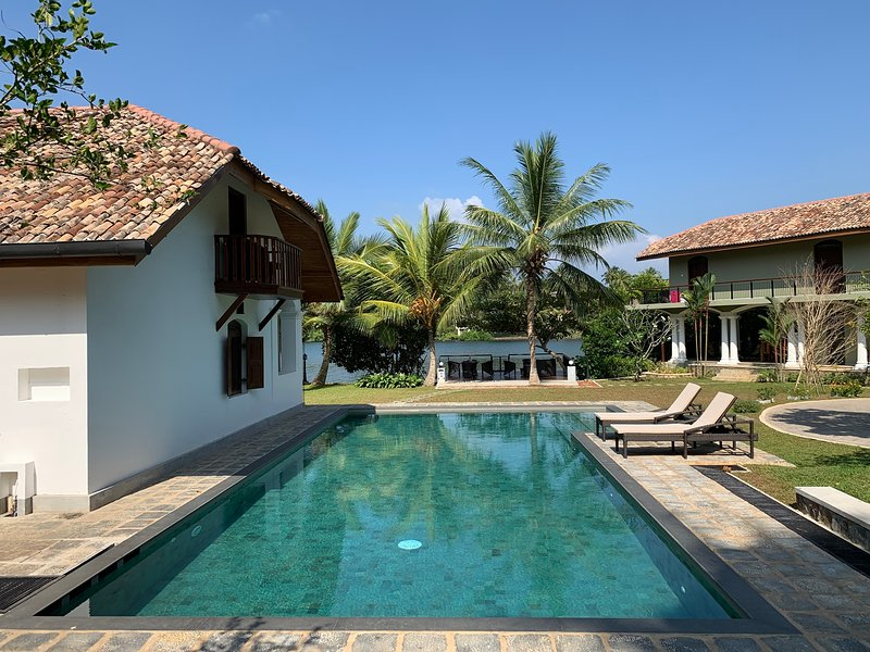 Koggala Lake Escape - 5BR Colonial Luxury Property w/ Pool + Serene Lake View, location de vacances à Galle District