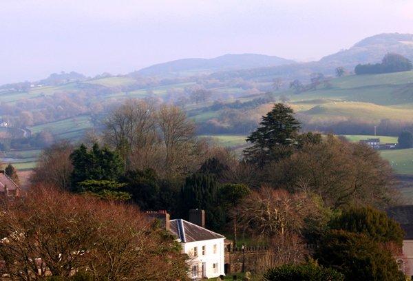 Vista de BaysHill House con montañas negras detrás