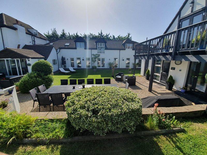Cotswold Riverside Estate with indoor heated pool ,Hot tub and  Games Lodge, aluguéis de temporada em Gloucester
