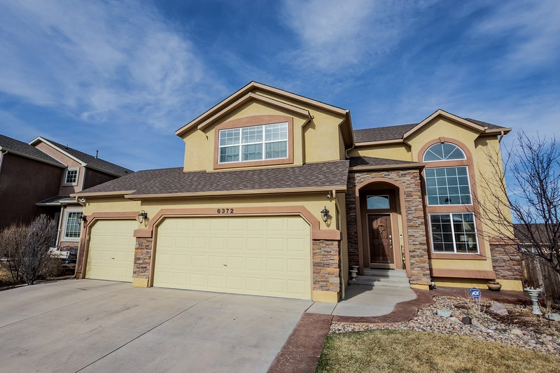 Desirable & Spacious w/Mt Views, Grill, Deck & Yard. Walk to Coffee & Ice Cream!, holiday rental in Cimarron Hills