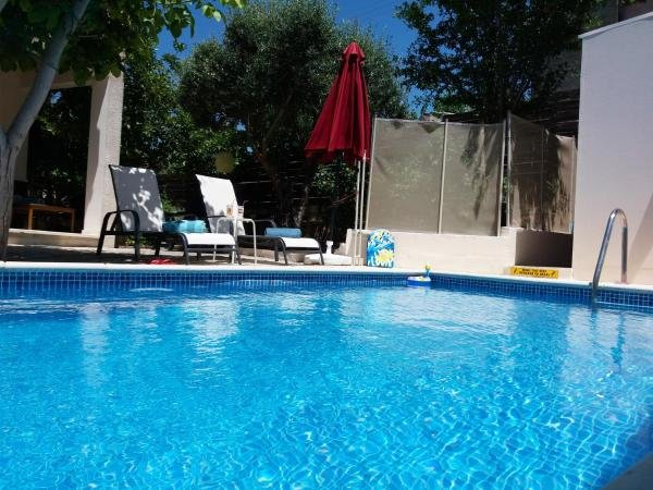 Spacious house with swimming-pool, location de vacances à Inia