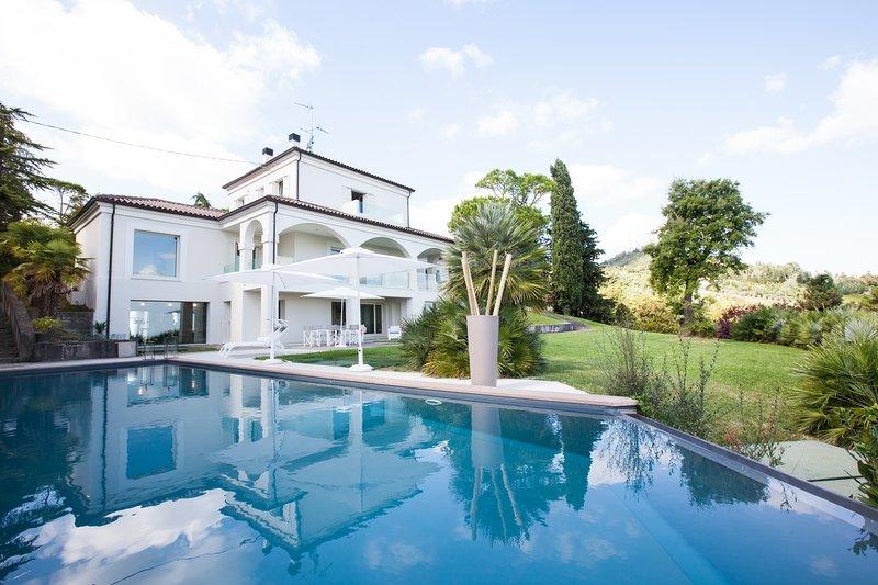 LUSSUOSA VILLA VISTA MARE SULLA RIVIERA ROMAGNOLA, vacation rental in Predappio