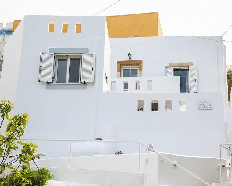 Aproveite o sol e o mar, estando próximo de atrações turísticas e ótimos restaurantes de Léros