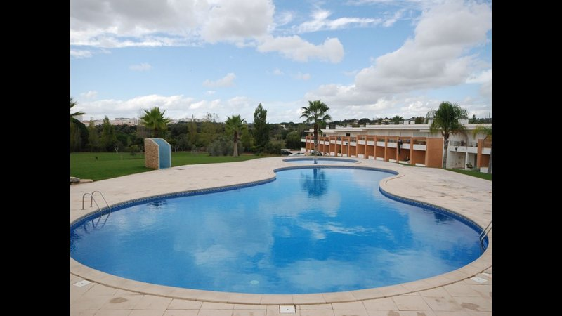 Spacious house with shared pool – semesterbostad i Branqueira