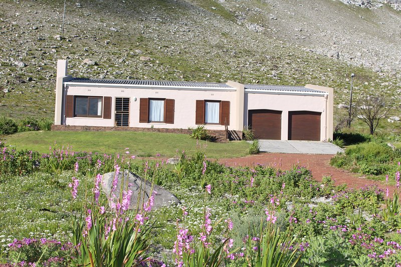 Bergroos is a self-catering, holiday home situated close to the Botanical Garden, location de vacances à Rooiels