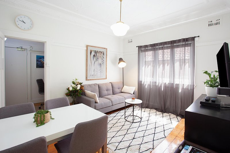 Ideal Bondi Lifestyle Unit Near Beach w Parking, vacation rental in Bondi