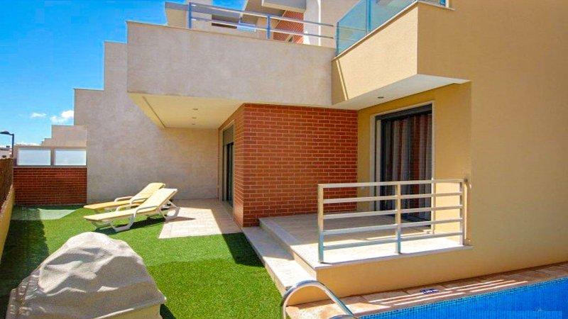 Vista al jardín y a la piscina