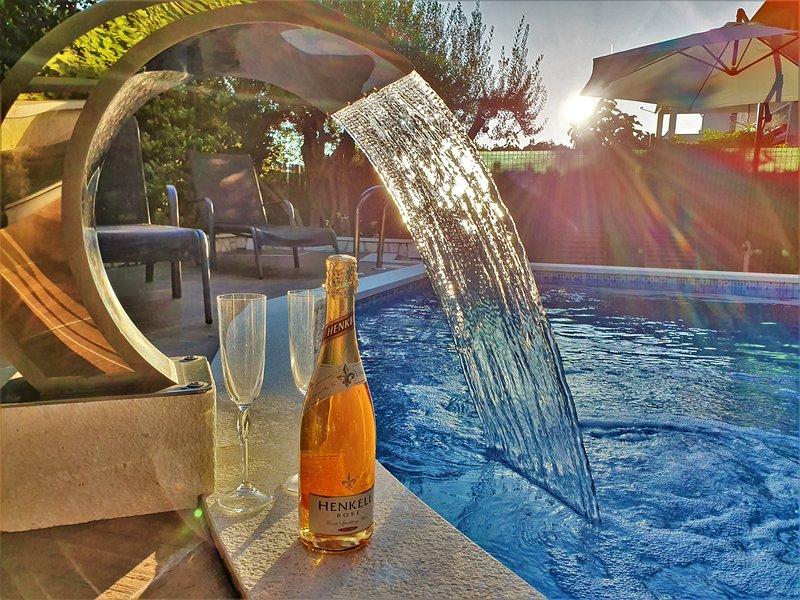 Wawe Lux Holiday House with pool, aluguéis de temporada em Kastel Stari
