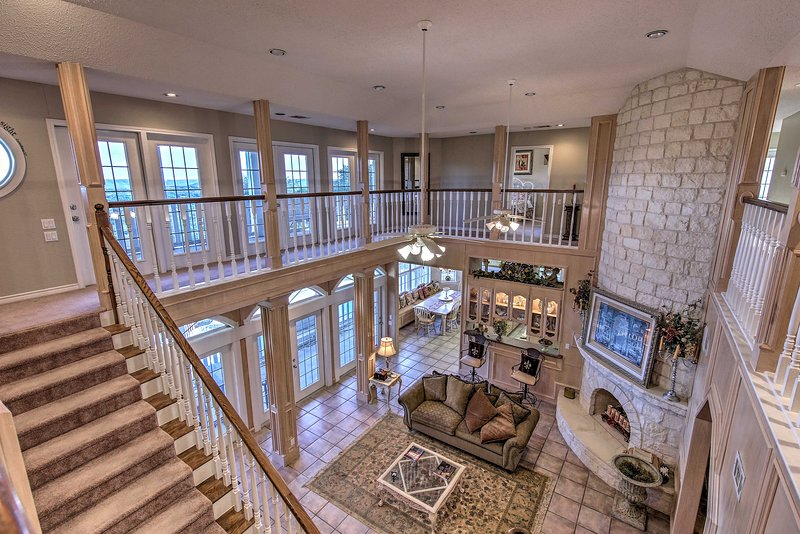 6,000-Square-Foot Wimberley Home w/ Private Pool!, location de vacances à Driftwood