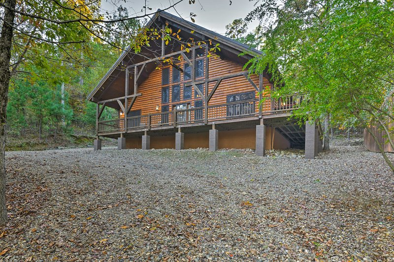 'Rocky Pines Lodge' w/Hot Tub + Deck on 1.5 Acres!, vacation rental in Hochatown