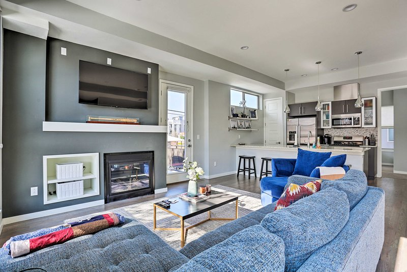 Walk to Broncos Stadium - Townhome w/Rooftop Patio, holiday rental in Edgewater