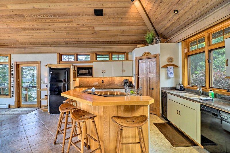 A cozinha está bem equipada com tudo que você precisa para cozinhar em casa.