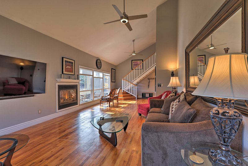 Flagstaff Townhome w/Views+Country Club Amenities!, vacation rental in Flagstaff