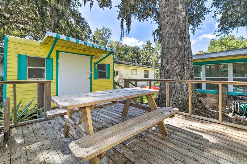 La casa offre fino a 6 persone con abbondanza di spazio e servizi.