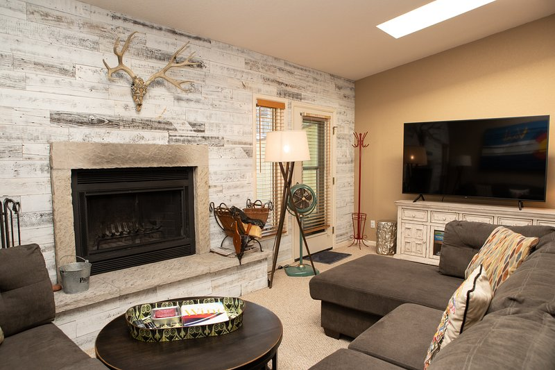 Chic 3-Level Condo w/Private Deck, Hot Tub & BBQ, holiday rental in Minturn