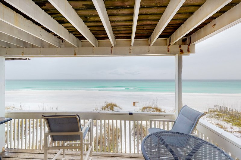 Beachfront townhome w/ private deck & beach access - dogs welcome!, vacation rental in Miramar Beach