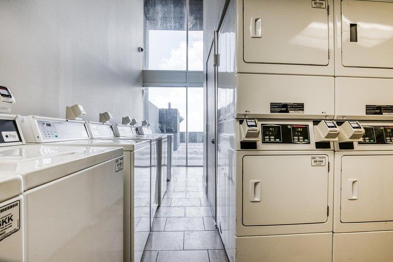 Hay una lavandería (cargo extra) en el noveno piso con muchas lavadoras y secadoras.
