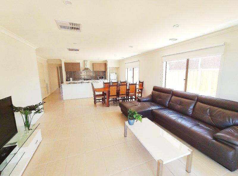 Comfortable Quiet 5Bedroom House Werribee Melbourne 6mins to Shopping Centre别墅, vacation rental in Werribee