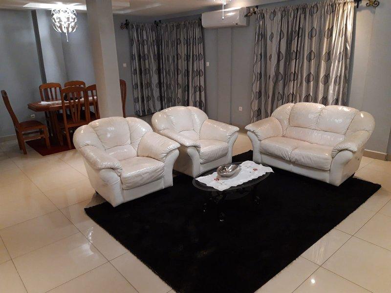 Appartement dans villa, ou résidence entière, ou chambre uniquement à Douala, holiday rental in Littoral Region