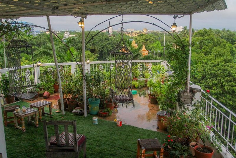 Owl's Nest 2: Cabin in a rooftop garden with a private Sundeck, holiday rental in Kolkata (Calcutta)