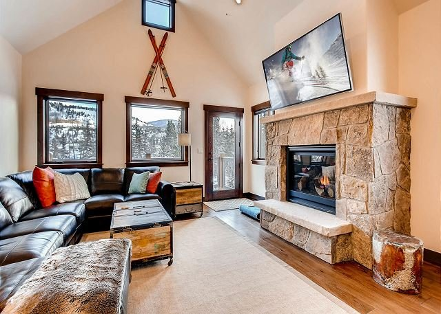 Silverbourne: 3BR/3BA Silverthorne Condo w/ Mountain & River Views, location de vacances à Silverthorne