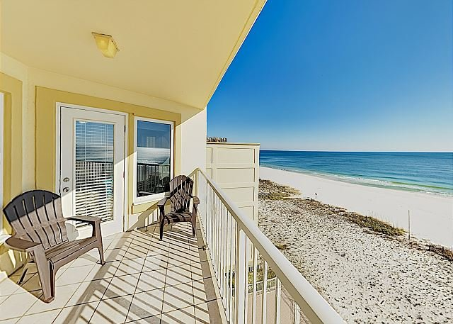Walk Everywhere! Charming Gulf-View Condo w/ Heated Pool, alquiler de vacaciones en Gulf Shores
