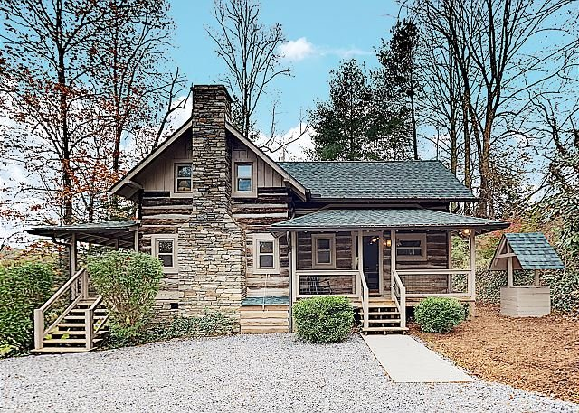 Amazing Locale! | Beautifully Updated Cabin on 2 Acres | Hot Tub & Firepit, alquiler de vacaciones en Fairview